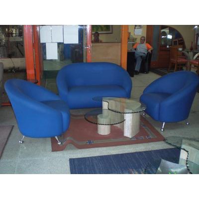 es un juego de muebles duradero consta de un sofa de puestos mas dos poltronas elaboradas con los mejores semicueros de excelnte calidad lo tenemos en